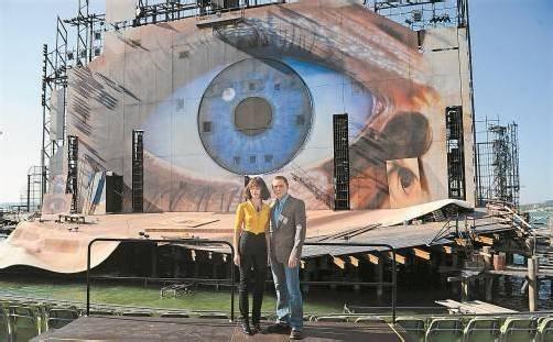 """Olga Kurylenko und Daniel Craig 2008 vor dem imposanten Bühnenbild für die Oper """"Tosca"""" auf der Bregenzer Seebühne. Foto: Vn"""