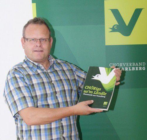 Oskar Egle freut sich, zum Jubiläum ein neues Buch präsentieren zu können. Foto: Hronek