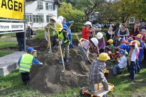 """Packten beim Spatenstich für """"ihren"""" Neubau kräftig mit an: die Kindergartenkinder aus Muntlix.  Foto: hw"""