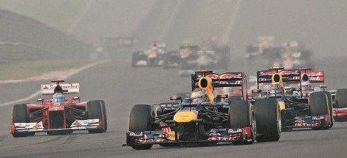 Perfekter Start in Noida für das Red-Bull-Duo Sebastian Vettel und Mark Webber. Fernando Alonso (links) quetschte sich an den McLaren vorbei auf den dritten Platz. Foto: apa