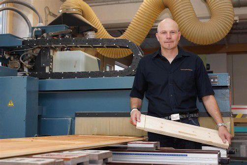 """Peter Madlener: """"Das Holz ist ein Werkstoff, der lebt."""" Fotos: L. Berchtold"""