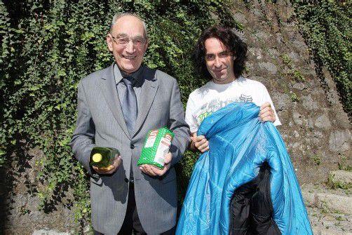 Pfarrer Franz Winsauer und Joe Fritsche bitten um Spenden.  Foto: mez