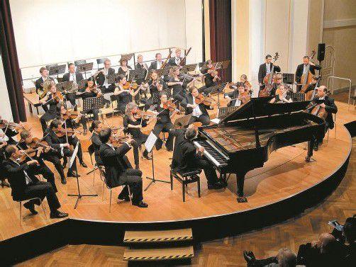 Pianist Alexander Lonquich überzeugte als dirigierender Solist mit dem Symphonieorchester Vorarlberg in Feldkirch. Foto: JU