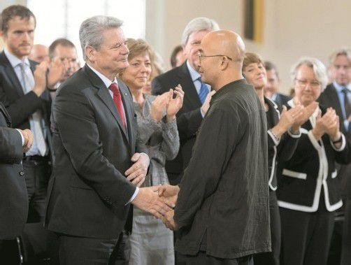 Präsident Joachim Gauck mit Friedenspreisträger Liao Yiwu. Foto: AP