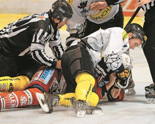 Punktesieg von Matthew Keith gegen Klagenfurts NHLer Tyler Myers – der 2,03-m-Riese hatte nach dem 1:1 Dany Bois attackiert. Foto: gepa
