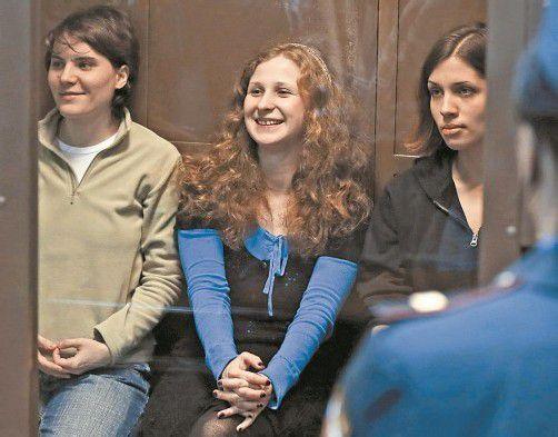 Pussy Riot: Jekaterina Samuzewitsch ist frei, Maria Aljochina und Nadeschda Tolokonnikowa sind in Haft. Foto: AP
