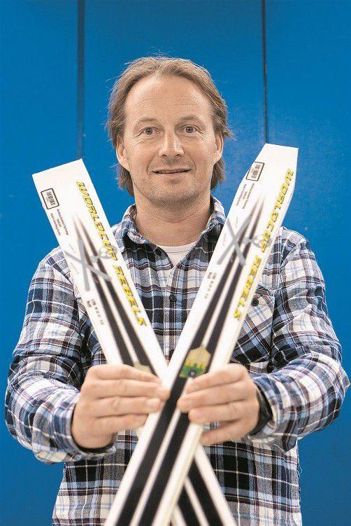 Rainer Salzgeber und die zwei Riesentorlauf-Rennski von Head: Das rechte Modell wurde von der FIS nicht homologiert. Foto: philipp steurer