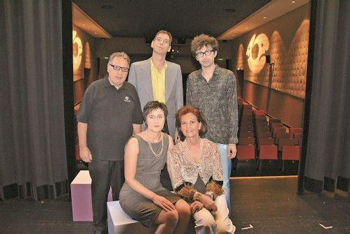 Regisseur mit Schauspieler: Hansjörg Ellensohn (l.) sowie Jürgen Reiner, Andreas Kopf mit Karin Klas und Dodo Büchel. Fotos: VER