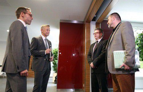 Rene Tritscher und Peter Buchmüller (Arbeitgeber-Team) verhandeln mit Franz Georg Brantner und Manfred Wolf (v. l.). Foto: ap