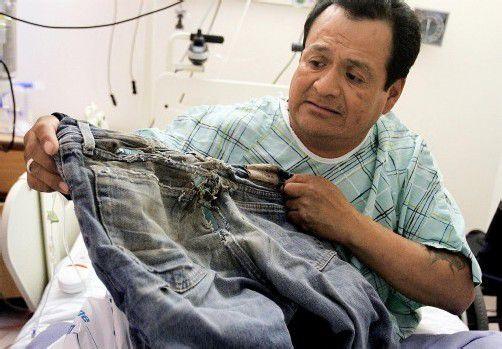 Ricky Gilmore zeigt seine durchgewetzten Jeans. Foto: dapd