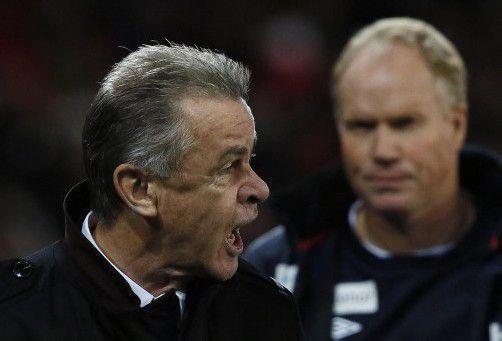 Schon zur Pause machte Ottmar Hitzfeld seinem Ärger Luft. Foto: Reuters
