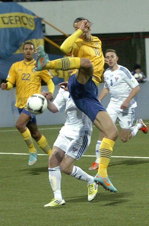 Schwedens Zlatan Ibrahimovic mit dem Versuch eines Torschusses. Der Frankreich-Legionär erzielte schließlich den Siegtreffer. Foto: Reuters