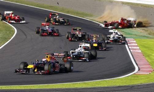 Sebastian Vettel erwischte in Suzuka einen perfekten Start. Ganz anders erging es dem WM-Führenden Fernando Alonso (hinten rechts), der nach einer Kollision stehen blieb. Foto: dapd