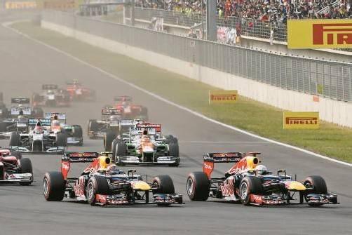 """Sebastian Vettel (r.) zieht vor der ersten Kurve in Yeongam an Red-Bull-Teamkollege Mark Webber vorbei: """"Die Basis für diesen Sieg war der gute Start."""" Foto: apa"""