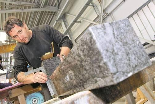 Seit 26 Jahren ist Friedrich Lampert als Steinmetz tätig. Das handwerkliche Arbeiten gefällt ihm an seinem Beruf besonders gut. FOTOS: HOFMEISTER