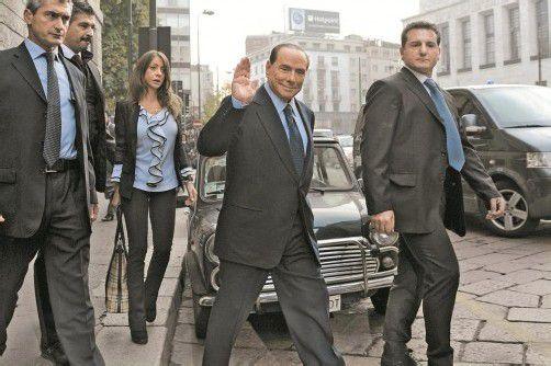 Silvio Berlusconi mit Begleitern beim Verlassen des Gerichts am gestrigen Freitag. Foto: DAPD