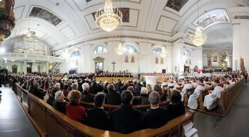 St. Martin bei der Seligsprechung von Provikar Lampert vor einem Jahr: Unmittelbar nach dem Konzil wurde die Kirche umgebaut. Alles schart sich nun um die Altarinsel in der Kirchenmitte. Foto: VN/Stiplovsek