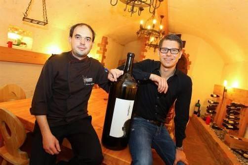 Stephan Gebhardt (links) und Reinhard Ganahl im Weinkeller des altehrwürdigen Gasthofs Lingg.  vn/hofmeister