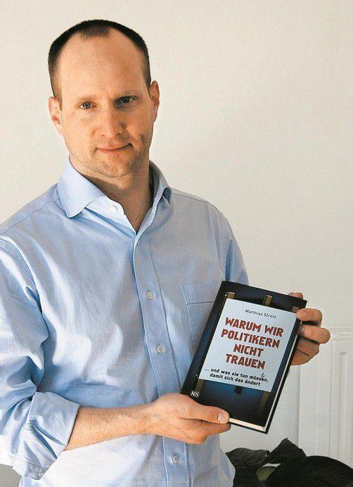 """Strolz und sein Buch """"Warum wir Politikern nicht trauen"""". Foto: VN"""