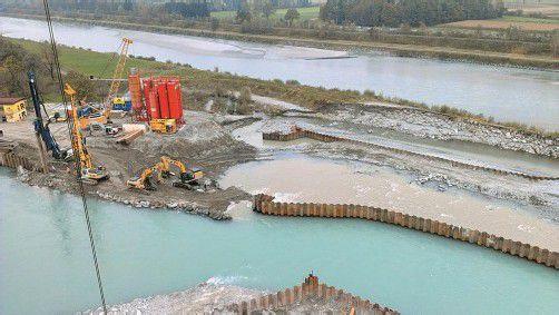 Stück für Stück wurde der gebrochene Damm wieder aufgeschüttet. Jetzt fehlt nicht mehr viel, und er ist wieder dicht. Foto: SWF