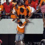 Suchten Schutz: die Fans der Elfenbeinküste. Fotos: ap/2