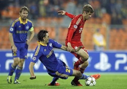 Thomas Müller wird von Borisow-Spieler Yegor Filipenko (r.) scharf attackiert. Foto: epa