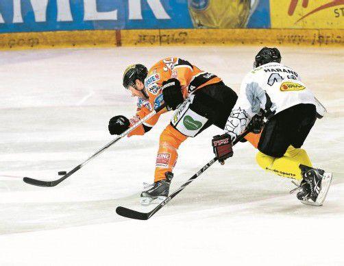 Thomas Vanek (l.) ist schneller als Christoph Harand – der NHL-Stürmer im Grazer Dress erzielte gegen Dornbirn zwei Tore. Foto: gepa