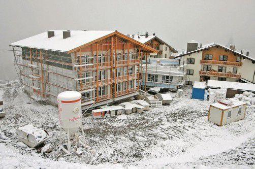 Trotz des Wintereinbruchs laufen die Bauarbeiten im und um das Alpinresort Schillerkopf auf der Tschengla auf Hochtouren. Foto: VN/J. Schwald