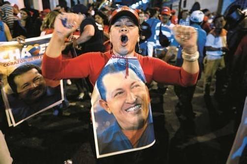 Venezolaner feierten gestern in Caracas den Wahlsieg von Hugo Chavez. Er verspricht, auf Probleme mit mehr Effizienz zu reagieren. Foto: REUTERS