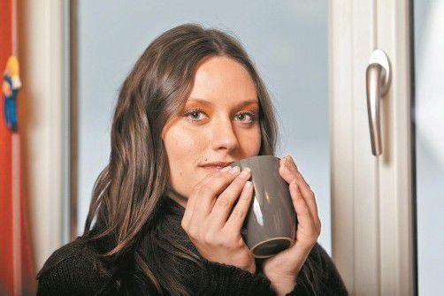Viel Flüssigkeit, auch in Form einer Tasse heißen Tees, hält die Schleimhäute feucht. Foto: vn/steurer