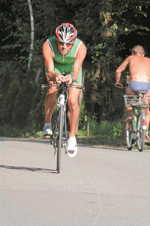 Viel Gegenwind beim Radfahren – Harald Steger erreichte auf Hawaii mit Rang 20 in seiner Altersklasse eine Medaille. Foto: akp