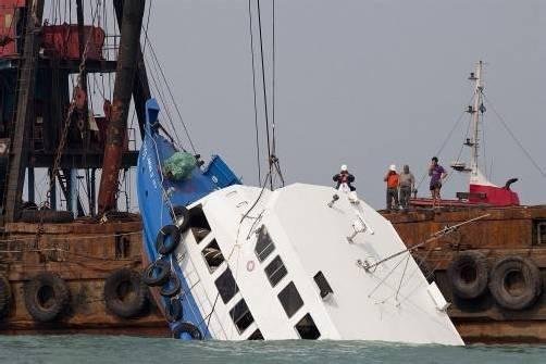 Vom Ausflugsboot, das eine Fähre rammte, ragte nur noch der Bug aus dem Wasser. Foto: REUTERS