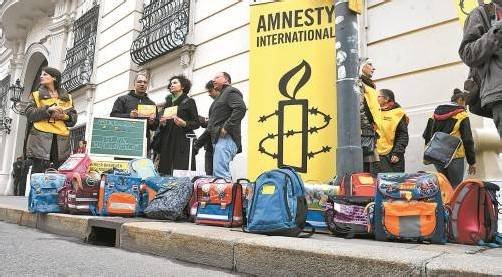 Vor dem Bundeskanzleramt demonstrierten gestern Amnesty-Vertreter gegen die Unterbringung von Kindern in Traiskirchen. Foto: APA