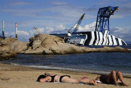 """Vor der Hafeneinfahrt der italienischen Insel Giglio liegt seit Monaten das gigantische Wrack der """"Costa Concordia"""". Foto: Reuters"""