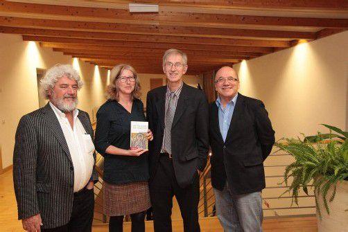 Walter Fink mit Brunhilde Steger sowie Autor und Russ-Preis-Träger Elmar Simma und mit Hausherr Josef Kittinger. Fotos: AME