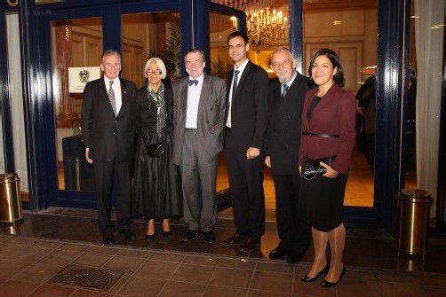 Walter Grahammer mit Hannelore (l.) sowie David Pountney und LH Markus Wallner mit Karl Schramek und Mirjam Dondi. Fotos: A. Louvet