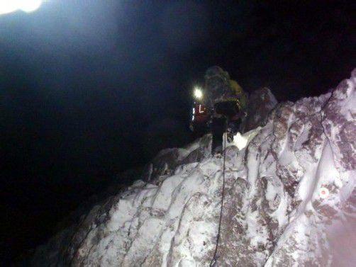 Wettlauf gegen die Zeit für Rettungskräfte – das schlechte Wetter erschwerte die Bergungsarbeiten. Foto: dpa