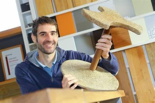 Wolfgang Mähr entwickelt Prototypen, wie beispielweise diesen recycelbaren Hocker. Fotos: bernd hofmeister
