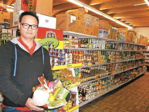 Xiaoliang Ye hat in seinem Asia Markt rund 5000 verschiedene Produkte im Angebot. fotos: marlene matt