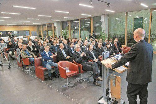 Zahlreiche Vorarlberger Unternehmer und führende Mitarbeiter in der Aula der Fachhochschule Vorarlberg. Fotos: VN/Hofmeister