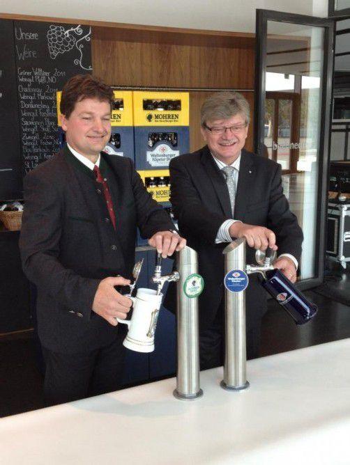Zapfen gemeinsam bei den Festspielen: Die Brauereichefs Heinz Huber (Mohrenbrauerei) und Hermann Goß (Weltenburger). Foto: toh