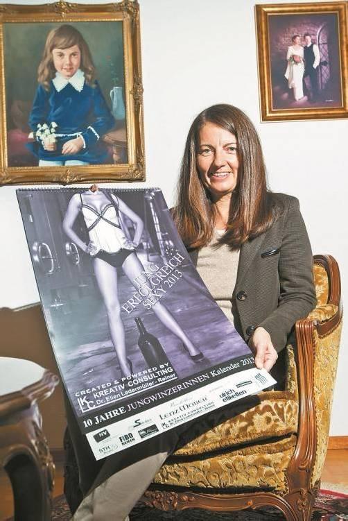 Zu Besuch im Elternhaus: Ellen Ledermüller-Reiner zeigt stolz ihren zehnten Jungwinzerinnen-Kalender. Foto: VN/Steurer