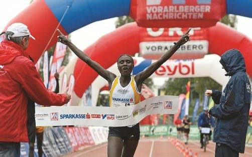 Zwei Jahre hielt der Marathon-Streckenrekord bei den Damen. Seit gestern gehört er der Kenianerin Ednah Kimaiyo. Dafür wurde sie vom Publikum mit viel Applaus bedacht.