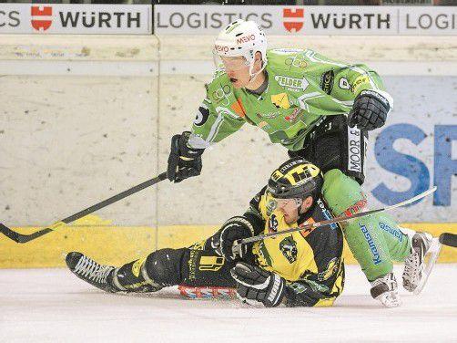 Zwei Tore, ein Assist – Pierre Nilsson-Grans war beim 6:2-Erfolg des EHC Bregenzerwald auch von Michael Kutzer nicht zu stoppen. Foto: lerch