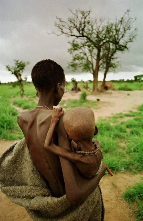 Zwölf Milliarden Menschen könnten laut Hochrechnungen durch die Nahrungsmittelproduktion ernährt werden. Aber das große Geschäft mit dem Hunger boomt mehr als je zuvor. foto: ap/linsley