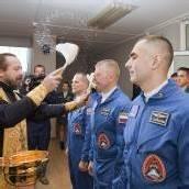 Orthodoxer Priester segnet Astronauten
