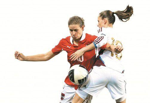 Österreichs Angreiferin Nina Burger (l.) liefert sich einen Zweikampf mit Elena Medwed. Fotos: apa/2