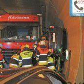 Auto zwischen Lastwagen und Tunnelwand eingeklemmt