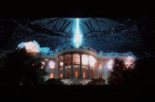 1996 setzte der Regisseur Roland Emmerich den Weltuntergang als Alien-Spektakel in Szene, für seinen Film 2012 musste der Maya-Kalender herhalten. Apokalyptische Bilder da wie dort. Foto: AP Photo/20th Century Fox