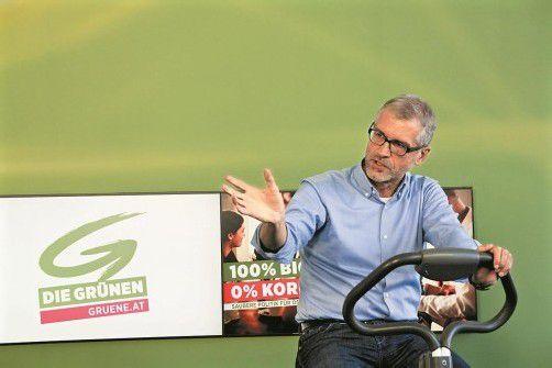 Aktionismus ist Grün-Nationalrat Harald Walser nicht fremd – diesmal gab er auf einem Zimmerfahrrad eine einstündige Pressekonferenz. Foto: apa